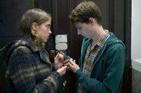 Ärztin Jenny (Adèle Haenel) fragt Julien (Olivier Bonnaud), den Praktikanten der Praxis, in der sie arbeitet, ob er das tote Mädchen kennt.