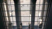 """Der Deutsche Bundestag ist das Zentrum der Macht, er ist der politische Mittelpunkt der Bundesrepublik Deutschland – ein symbolträchtiger und mit Erwartungen aufgeladener Ort. Der Film begleitet vier Abgeordnete in ihrem Alltag im Bundestag. Er zeigt, wie heute Politik gemacht wird, wie komplex die dahinterliegenden Abläufe und Formalien sind – eine Annäherung an das """"Zentrum der Macht"""". - Blick aus dem Bundestag."""