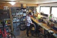 Sebastian König baut in Görlitz neue Fahrräder und alte neu zusammen. Gute alte Räder findet er besonders in Polen. Er profitiert von der Grenznähe, weil er sich die Räder und Ersatzteile zum Inlandstarif nach Zgorzelec verschicken lässt und in Görlitz zusammenbaut.