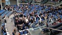 """Der Deutsche Bundestag ist das Zentrum der Macht, er ist der politische Mittelpunkt der Bundesrepublik Deutschland – ein symbolträchtiger und mit Erwartungen aufgeladener Ort. Der Film begleitet vier Abgeordnete in ihrem Alltag im Bundestag. Er zeigt, wie heute Politik gemacht wird, wie komplex die dahinterliegenden Abläufe und Formalien sind – eine Annäherung an das """"Zentrum der Macht"""". - Abstimmung im Plenarsaal des Bundestags."""