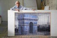 Christo im Jahr 2019 mit seinem Entwurf des verhüllten Arc de Triomphe in Paris