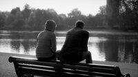 Isabelle (Julia Jentsch) und Jakob (Sebastian Zimmler) sitzen im Park in London. Werden Sie sich je wieder aufrichtig begegnen können?