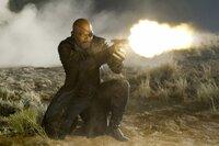 Nick Fury (Samuel L. Jackson) versucht die Invasion der Chitauri zu verhindern, doch immer mehr Streitkräfte strömen aus dem Portal...