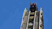 """Auf der Holzachterbahn """"Colossos"""" sausen die Fahrgäste ein 61 Grad steiles Gefälle hinunter."""