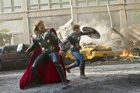 Thor (Chris Hemsworth, l.) und Steve Rogers alias Captain America (Chris Evans) versuchen den Angriff der außerirdischen Chitauri abzuwehren...