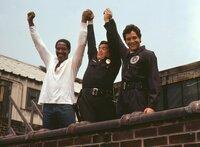 Feiern sich selbst: Die Kadetten Moses Hightower (Bubba Smith, l.) und Carey Mahoney (Steve Guttenberg, r.) mit Lieutenant Thaddeus Harris (G.W. Bailey, M.) ...
