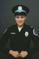 Kadettin Karen Thompson (Kim Cattrall, l.) ist eine Tochter aus gutem Hause und geht zur Polizeischule, um etwas zu erleben.