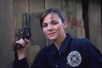 Offiziersanwärterin Karen Thompson (Kim Cattrall, l.) kommt aus gutem Hause, ist sich jedoch für keinen Einsatz zu schade...
