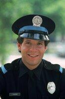 Carey Mahoney (Steve Guttenberg) ist an der Metropolitan Police Academy nicht nur an der Polizeiarbeit interessiert, sondern auch an den weiblichen Mitschülerinnen ....