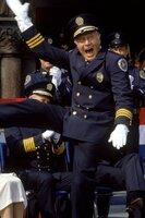 """Freut sich Captian Lassard (George Gaynes) zu früh? Oder kann seine """"Horrortruppe"""" im Polizeischulen-Wettstreit mit den ausgebildeten Muskelpaketen von Captain Mauser nicht mithalten?"""