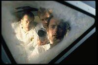 Der Mond war zu weit weg. Die Männer von Apollo 13, Fred Haise (Bill Paxton, l.), Jack Swigert (Kevin Bacon, M.) und Jim Lovell (Tom Hanks, r.), werfen vor dem Versuch, heil auf die Erde zurück zu kommen, einen letzten Blick auf das vergebliche Ziel ihrer Mission.