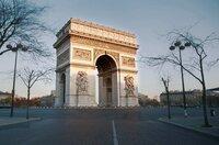 Der Triumphbogen, an dem die berühmte Avenue des Champs-Elysées in den sternförmigen Place Charles de Gaulle mündet, zieht an und stößt ab. Als unerschütterlicher Zeuge der französischen und europäischen Geschichte ist er mit starken Emotionen aufgeladen.