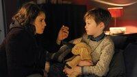 Nur seine Mutter (Anne Schäfer) schafft es, an Tommi (Nico Marischka) heranzukommen.