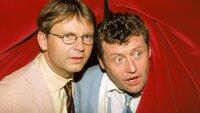 Als Benno (Willi Thomczyk, r.) und Lothar (Rene Heinersdorff) in dem Nachtclub durch den Vorhang schon einmal einen Blick auf die Bühne wagen, trauen sie ihren Augen kaum...