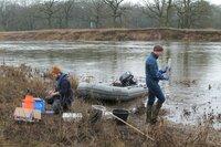 Eine Sandbank wird zum Forschungscamp. In die Mulde wurden früher die giftigen Abwasser aus dem Chemiestandort Bitterfeld eingeleitet. Inzwischen aber können die Forscher Fortschritte messen. Der Fluss ist wieder Lebensgrundlage für Schnecken, Muscheln, Krebse und Fische.