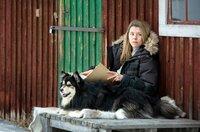 Rebecka Martinsson (Sascha Zacharias) arbeitet ihre Vergangenheit auf.