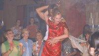 In der Bar wird Stefanie (Dana Golombek, M.) gleich von einem gut gebauten Tänzer auf die Bühne gezogen. Von den anderen angefeuert, findet sie sich schon bald beim heißen Tanz wieder...