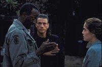 Bei ihren Nachforschungen erhalten Natasha (Yancy Butler, r.) und Chance (Jean-Claude Van Damme, M.) Hilfe von Elijah Roper (Willie C. Carpenter, l.).