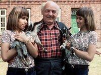 Wedderkopp-Vater (Henry Vahl) mit den Zwillingen Billy (Birgit Westhausen, links) und Bobby (Bettina Westhausen).