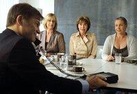 Steffi Krieg (Mona Seefried), Maria Lieblich (Thekla Carola Wied, 2. von links) und Carola Bleibtreu (Katerina Jacob, rechts) bitten Bankdirektor Schober (Thomas Quaas) um einen neuen Kredit.