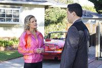 Louis (Randall Park, r.) bespricht seine Eheprobleme mit der falschen Frau. War es richtig sich Honey (Chelsey Crisp, l.) anzuvertrauen?