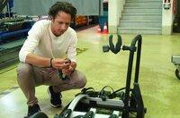 Jo Hiller untersucht einen Fahrradträger nach einem Crashtest.