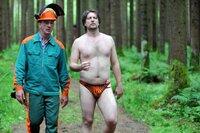 Von links: Der geheimnisvolle Waldarbeiter (Heio von Stetten) verabredet mit Hubsi (Stephan Zinner) Zusammenarbeit.