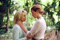Anne Parèze (Vanessa Paradis, li.) und ihre Schnittmeisterin Loïs MacKenna (Kate Moran, re.) unter einem Baum, als ein Gewitter aufzieht