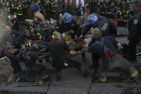 Von einem Moment auf den anderen werden die Retter zu Opfern. 2749 Menschen sterben beim Attentat auf das World Trade Center, darunter über 300 Polizisten. 20 von ihnen können gerettet werden: Auch John McLoughlin (Nicolas Cage, liegend) wird schwer verletzt lebendig begraben, 22 Stunden liegt er unter Betonplatten, ehe er doch noch gefunden wird ...