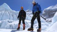 Nur mit einem kleinen Team von Begleitern besteigt Ant Middelton den 8.848 Meter hohen Berg. Neben einem Kameramann filmt Ant sich zusätzlich auch selbst und gibt so noch nähere Eindrücke.