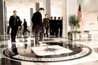 Um den Tod seines Vaters, der bei der CIA war und bei einem Flugzeugabsturz ums Leben kam, aufzuklären, erklärt sich der brillante Computer-Spezialist James Clayton (Colin Farrell) bereit, bei der CIA als Nachwuchsagent einzusteigen ...