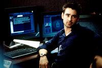 Der Aushilfskellner und Harvard-Absolvent James Clayton (Colin Farrell) ist kurz davor, mit einigen Freunden ein innovatives Computerprogramm zu verkaufen, als ein mysteriöser CIA-Ausbilder ihn rekrutieren will und andeutet, er habe Informationen über seinen 1990 verschollenen Vater ...