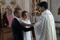 Für Pfarrer Tonio Niederegger (Maximilian Grill, r.) ist es ein erfüllendes Gefühl, als er Marthe Fauser (Karoline Teska) und Alexander Heber (Barnaby Metschurat) trauen darf.