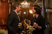 Monika Schindel (Charlotte Schwab) hat Julias Freund Felix Born (Nicholas Reinke) zu ihrem Geburtstag eingeladen. Allzu gerne hätte sie ihn als ihren Schwiegersohn.
