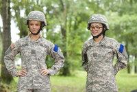 Megan Valentine (Jessica Simpson, l.) und ihr Kadett Petrovich (Olesya Rulin, r.) betrachten stolz ihr gemeinsames Werk.