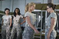 Die Kadetten Castillo (Aimee Garcia, l.) und Johnson (Jill Marie Jones, 2.v.l.) sind überrascht, dass Megan Valentine (Jessica Simpson, 2.v.r.) ihre Kameradin Petrovich (Olesya Rulin, r.) gedeckt hat ...
