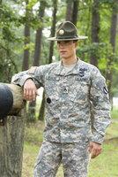 Wachsam verfolgt der passionierte Sergeant Mills Evans (Ryan Sypek) die Fähigkeiten seiner angehenden Soldaten, denn später müssen die Auszubildenden in der Lage sein, ihr Land zu verteidigen.