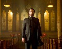 Eine kompromisslose Killermaschine auf Rachefeldzug, die sich auch nicht scheut, ihre Gegner in einer Kirche auszumerzen: John Wick (Keanu Reeves) ...