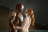 Nach den katastrophalen Ereignissen in New York leidet Iron Man Tony Stark (Robert Downey Jr., l.) an schlimmen Panikattacken, zum Glück hat er seine Freundin Pepper (Gwyneth Paltrow, r.), die ihm nicht nur als CEO zur Seite steht, sondern auch auf der zwischenmenschlichen Ebene ein Fels in der Brandung ist ...