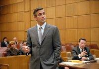 Miles (George Clooney) gelingt es immer wieder, vor Gericht zu den verblüffendsten Schlüssen zu kommen. Selbst seine Mandaten sind oft sprachlos.