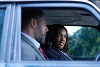 DCI John Luther (Idris Elba) und DS Halliday (Wunmi Mosaku) fahren zu einem weiteren Tatort.