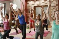 Lynette (Felicity Huffman, 2.v.l.) und Renee (Vanessa Williams, 2.v.r.) nehmen zusammen an einem schwierigen Yoga-Kurs teil, in der Hoffnung Toms neue Freundin Jane (Andrea Parker, l.) auszuspähen ...