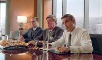 Miles (George Clooney, r.) vertritt Rex Rexroth (Edward Herrmann, M.), der beim Fremdgehen ertappt wurde, in dessen Scheidungsprozess. Immer treu an Miles' Seite - sein Assistent Wrigley (Paul Adelstein, l.).