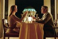 """Auf die Liebe - oder lieber doch nicht? Miles (George Clooney) versucht bei einem Essen bei Marylin (Catherine Zeta-Jones), nicht nur den sprichwörtlichen """"Fuß in die Tür"""" zu bekommen."""