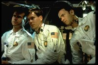 Die Besatzung von Apollo 13: v.l.n.r. Fred Haise (Bill Paxton), Jack Swigert (Kevin Bacon) und Jim Lovell (Tom Hanks). Unter nervenaufreibenden Bedingungen müssen sie im All zu Recht kommen. Bereits kurz nach ihrem Start hatten sie eine Panne, die zum Versagen zahlreicher Instrument geführt hat.