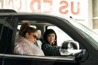 Ramona (Jennifer Lopez, l.) überzeugt Destiny (Constance Wu, r.) mit einem Plan, wie die Tänzerinnen wieder zu Geld kommen können.