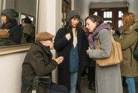 Ira (Julia Koschitz, M.) begleitet ihre Eltern Lutz (Hans Klima, l.) und Karen Rosenthal (Gudrun Gabriel, r.)zur Wohnungsbesichtigung.