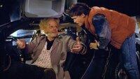Stolz zeigt Doc Brown (Christopher Lloyd, l.) Marty (Michael J. Fox) die Zeitmaschine. Das Gerät wird für einigen Ärger sorgen!