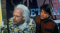 Doc Brown (Christopher Lloyd, l.) reist mit Marty (Michael J. Fox) ins Jahr 2015, wo Marty einen Zwischenfall verhindern soll, der seine zukünftige Familie ruinieren würde.