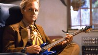 Marty (Michael J. Fox) reist in die Zukunft, um seinem älteren Ich zu helfen. Doch bei seiner Rückkehr ins Jahr 1985 findet er eine Parallelwelt vor. Marty ist klar: Die Ursache liegt in der Zukunft.